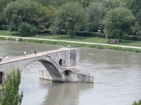 Le Pont d'Avignon, failing spectacularly to be a bridge